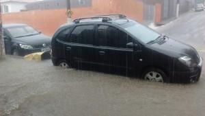 Het regenwater tot aan de dorpel van de portieren