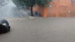 Het water komt vanuit twee lange straten hier samen