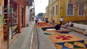 In de ochtend worden de straten versierd voor Corpus Christi