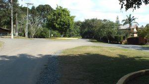 De weg van de ingang naar ons huis.